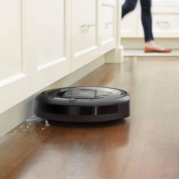 iRobot Roomba e5's edge sweeping brushes is able to sweep the edges and corners with ease